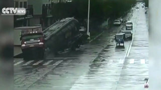 China: camión cisterna estuvo a punto de caer a un desagüe