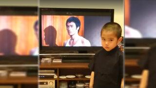 Niño causa sensación en Internet con sorprendente imitación de Bruce Lee