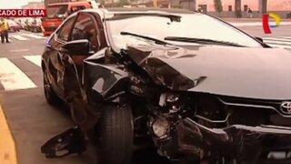 Auto choca aparatosamente contra tienda en avenida Tacna