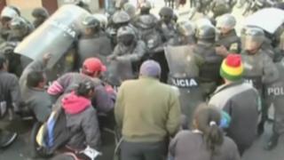 Protesta frente a clínica donde operan a Evo Morales en Bolivia