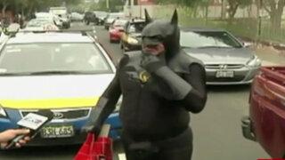San Isidro: hombre disfrazado de Batman visitó al presidente electo