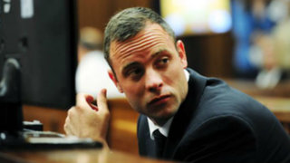 Pistorius se presentó sin prótesis para alegar inocencia por crimen de su pareja