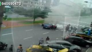 Auto se incendia en plena av. Perú generando congestión vehicular