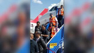 Decenas de hinchas reciben a Ronaldinho a su llegada al Cusco