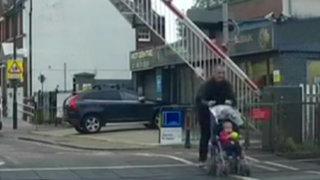 Inglaterra: padre y su bebé escapan de la muerte en vía del tren