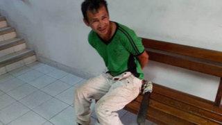 Furibundo sujeto ataca con un machete a policía que lo intervino