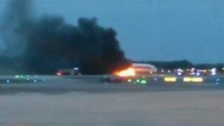 Avión con 240 pasajeros a bordo se incendia en Singapur