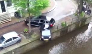 Holanda: auto cae a canal tras impresionante persecución policial