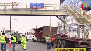 SMP: camión se empotra en puente peatonal de la Panamericana Norte
