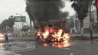Los Olivos: grúa se incendia en plena avenida Carlos Izaguirre