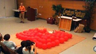 Perro logra récord Guinness por romper 100 globos en menos de 1 minuto