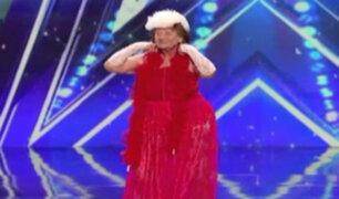Anciana sorprende con striptease en vivo
