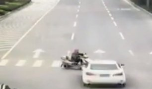 China: conductor fuera de control provocó aparatoso accidente