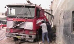 Callao: choque de trailers provoca derrumbe de postes