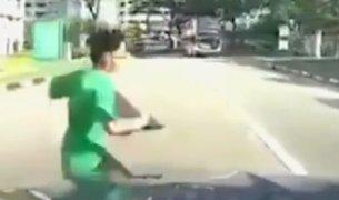 Singapur: escolar fue impactado violentamente por un vehículo