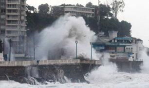 Fuertes oleajes generan graves daños en las costas de Chile