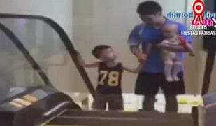 China: niño muere al caer de escalera eléctrica en centro comercial