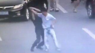 China: mujer policía reduce a hombre armado con maniobra de artes marciales