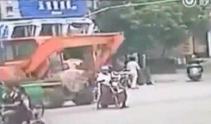 China: motociclista muere al ser arrollado por una excavadora