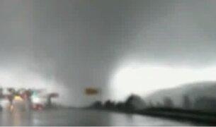 China: paso de tornado viene causando graves destrozos