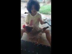 Niña y su gallina son todo un viral en Facebook