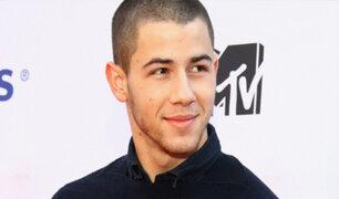 Nick Jonas se atrevió a nadar en lago congelado