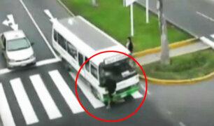 Surco: Mujer distraída es atropellada por cúster