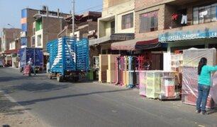 Vendedores de muebles invaden vía pública en Comas