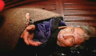 Soledad y abandono: ancianos mendigos duermen en las calles