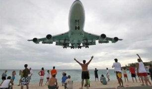 VIDEO: aviones aterrizan cerca de bañistas