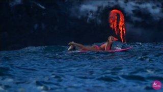 Joven arriesga su vida al surfear a orillas de un volcán en plena erupción