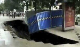 China: dos personas cayeron en socavón de dos metros de profundidad