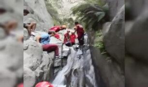 Huarochirí: rescatan a turista que cayó a catarata