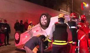 Cercado: taxi termina volcado tras choque con auto