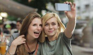 Aseguran que selfies causan aumento de los piojos en adolescentes