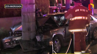 San Isidro: chofer en presunto estado de ebriedad choca auto contra palmera