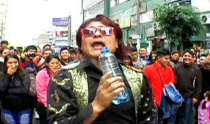 Los cómicos del pueblo le cantan a Juan Gabriel