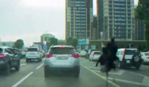 YouTube: Un hombre va en avestruz para evitar el tráfico en Kazajistán [VIDEO]