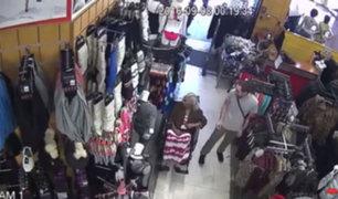 YouTube: roban dinero a una anciana en silla de ruedas