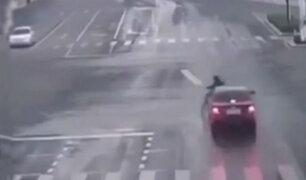 China: motociclista fue arrollado por conductor que se dio a la fuga