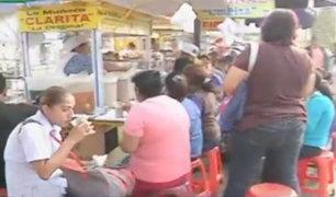 Ambulantes venden comida en condiciones insalubres fuera de hospitales