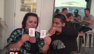 Mago le pide matrimonio a su pareja con espectacular truco de cartas