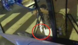 Policía con arma en mano detiene un bus tras discusión con cobrador