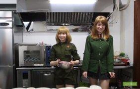 Chicas vestidas como militares soviéticas abren restaurante en Tokio