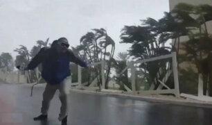 Facebook: osado periodista se enfrentó a huracán Matthew para reportar su paso