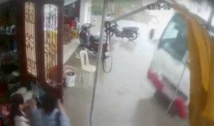 Vietnam: jóvenes salvan de morir arrollados por automóvil