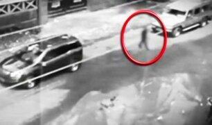 """""""Fantasma"""" camina por una calle  y es captado por cámaras"""