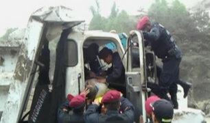 Huaycán: chofer sobrevive tras caer por un barranco