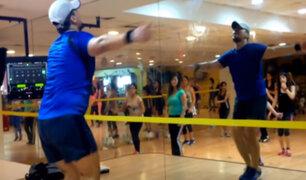 VIDEO: profesor de gimnasio encanta con bailes