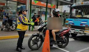 Captan a mujer desnuda manejando una moto por calles de Miraflores